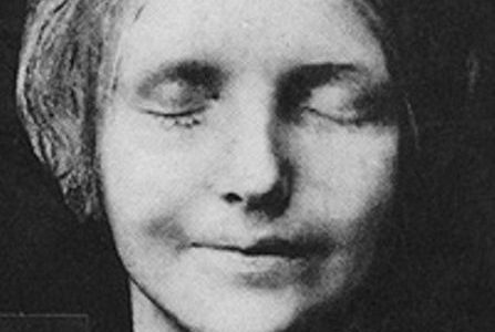 "L'Inconnue de la Seine: See the ""Drowned Mona Lisa"" Death Mask in Paris"